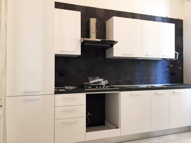 ristrutturare un appartamento: la cucina in parte arredata