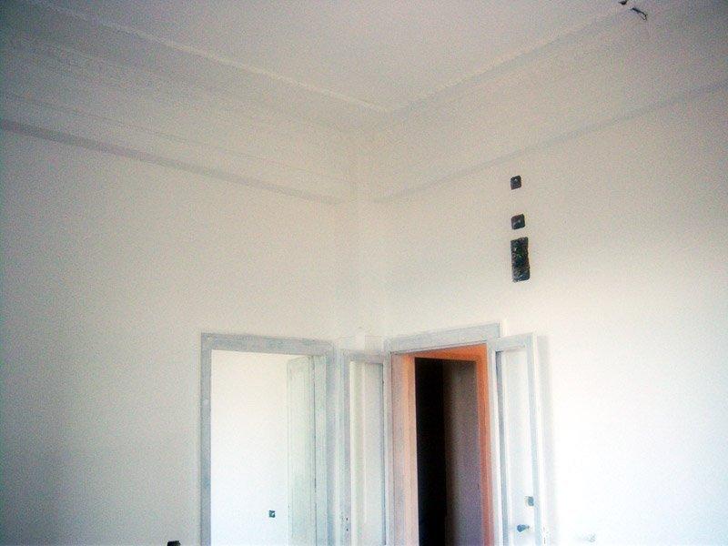 ristrutturare un appartamento: la pittura del cassonetto