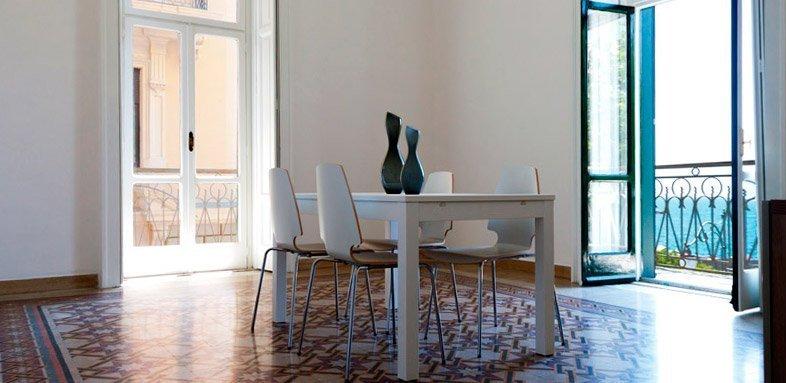 ristrutturare un appartamento: il mare dal soggiorno