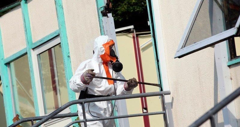 rimozione amianto: un operaio al lavoro